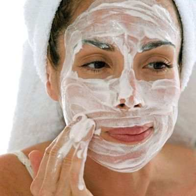 Forma recomendable de ponerse una mascarilla facial casera