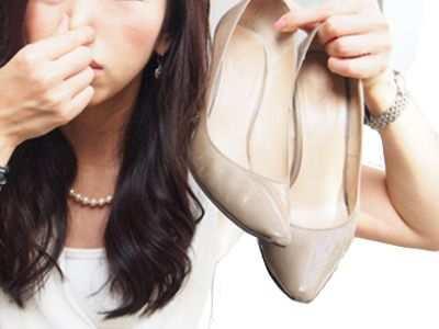 ¿El mal olor de pies se pega?