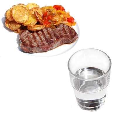 ¿Es cierto que el tomar agua engorda al comer?
