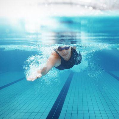 ¿La natación ayuda a quemar grasa?