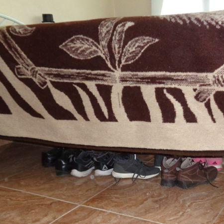 ¿Es malo dormir con los zapatos debajo de la cama?