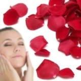 ¿Para qué sirven los pétalos de rosas en agua en la cara?