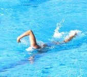 ¿Qué es la natación y en qué ayuda al ser humano?