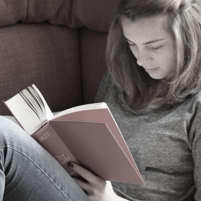 ¿Es malo leer con la luz apagada? ¿cómo es posible leer a oscuras?